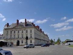 Hôtel d'Aux, puis hôtel du 11e Corps d'Armée - Français:   Hôtel d\'Aux sur la place Louix XVI à Nantes, construit l\'architecte nantais Jean-Baptiste Ceineray en 1770, où séjournèrent Napoléon Ier et Joséphine en 1808, siège du XIème Corps d\'armée sous la troisième République et de la Feldkommandantur pendant la Seconde Guerre mondiale.