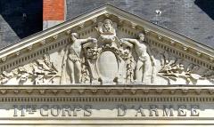Hôtel d'Aux, puis hôtel du 11e Corps d'Armée - Français:   Fronton de l\'Hôtel d\'Aux situé Place du Maréchal-Foch, Nantes, Loire-Atlantique