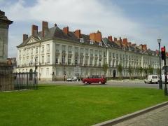 Hôtel d'Aux, puis hôtel du 11e Corps d'Armée -  Nantes, France. Au centre, l'hôtel d'Aux bâti par l'architecte Ceineray
