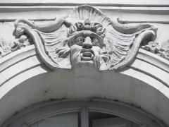 Immeuble - Immeuble 10 Allée de Turenne à Nantes (44). Mascaron de la 4ème travée du 2ème étage (numérotation de gauche à droite).