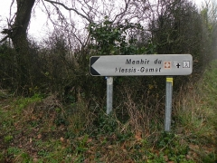 Menhir du Plessis-Gamat - English: Menhir du Plessis-Gamat, Saint-Brévin-les-Pins, Loire-Atlantique, France. Fingerpost.