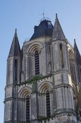 Ancienne abbaye Saint-Aubin, actuelle préfecture -  La Tour Saint-Aubin. Cette tour-clocher de 54 mètres de hauteur, faisait partie de l'ancienne abbaye Saint-Aubin. Elle fut érigée au XIIe siècle.  Au Moyen Âge, la tour Saint-Aubin servait de tour de guet. Cette tour formait à elle seule une petite forteresse avec meurtrières et puits.  Comme d'autres tours abbatiales de la même époque, elle fut érigée en dehors de l'abbaye même. L'abbaye a été construite sur une basilique renfermant le tombeau du Saint Aubin. Saint Aubin fut évêque d'Angers de 470 à 550. La vertu dominante de Saint Aubin fut la charité. En voici un exemple: