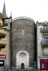 Ancien évêché ou Palais du Tau - English:   Villebon tower, vestiges of the Western Roman Empire\'s city wall of Angers, Maine-et-Loire, Pays de la Loire, France. 3rd or 4th century, restored in 1891-1893.