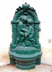 Ancien évêché ou Palais du Tau - English:   Fountain of Villebon tower, vestiges of the Western Roman Empire\'s city wall of Angers, Maine-et-Loire, Pays de la Loire, France. 3rd or 4th century, restored in 1891-1893.