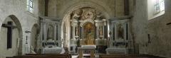 Eglise et presbytère -  Chœur de l'église romane de Brissarthe, l'autel est de style-tombeau, érigé au XVIIIè siècle. Le tableau central semble être une copie de Noël Coypel.