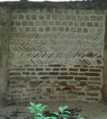 Motte féodale et donjon (restes) - Français:   Doué-la-Fontaine , contre-coeur de cheminée du château carolingien équipé de bas-en-haut de briques posées à plat, de tuiles disposées en arête-de-poisson et au-dessus de petites pierres rectangulaires
