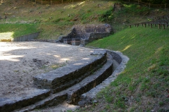 Théâtre-amphithéâtre gallo-romain - English: Amphitheatre Gallo-Romain of Gennes (Maine-et-Loire). This is a semi amphitheater backs onto the hill of Mazerolles south of the town of Gennes. Recent excavations indicate that this amphitheater built in the late 1st century was used until the early third century (as indicated movable Elements, coins and pottery, find yourself). Euripus (channel rainwater collector) paved with terra cotta was covered with a wooden floor.