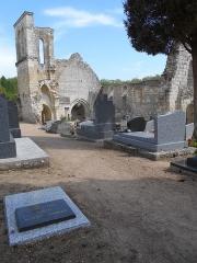 Eglise Saint-Maxenceul à Cunault - Français:   Vue partielle du cimetière de Cunault avec au premier plan la stèle en mémoire à l\'écrivain Hervé Bazin.