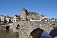 Vieux pont sur la Mayenne - Français:   Château de Laval