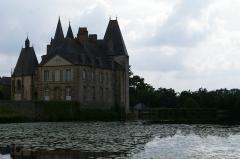 Château du Rocher -  Le château du Rocher à Mézangers et l'étang