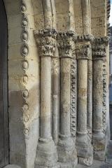 Eglise Saint-Aubin - Deutsch: Kirche Saint-Aubin in Bazouges-sur-le-Loir im Département Sarthe (Pays de la Loire/Frankreich), Westportal, Säulen mit Kapitellen