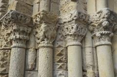 Eglise Saint-Aubin - Deutsch: Kirche Saint-Aubin in Bazouges-sur-le-Loir im Département Sarthe (Centre-Val de Loire/Frankreich), Westportal, Säulen mit Kapitellen