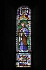Eglise Saint-Aubin - Deutsch: Kirche Saint-Aubin in Bazouges-sur-le-Loir im Département Sarthe (Pays de la Loire/Frankreich), Bleiglasfenster mit der Signatur: MAURICE MERCIER ANGERS 1905, Darstellung: Hl. Joseph