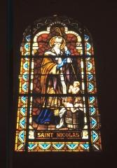Eglise - Vitrail central de l'église  saint Nicolas représentant  le saint éponyme