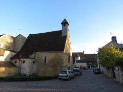 Château - Français:   Chapelle au premier-plan et au fond de l\'allée le logis.