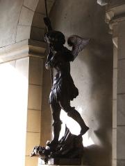 Eglise Notre-Dame-du-Pré - Reproduction de l'ange Saint-Michel à l'entrée de l'église du Pré au Mans.