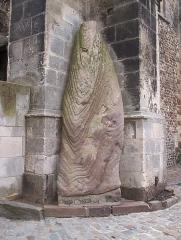 Menhir, dressé contre la cathédrale, dit Pierre Saint-Julien -  Le menhir de la Cathédrale du mans
