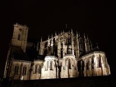 Sol de maison à maison - Cathédrale Saint-Julien du Mans - vue de nuit depuis la place du jet d'eau