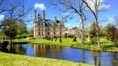 Château de la Guignardière -  Château de la Guignadière à Avrillé en Vendée en France. Château situé dans parc du château des aventuriers.