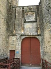 Motte féodale - English: Chateauneuf castle (Côte d'Or, France) - Entrance gate.