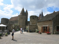 Motte féodale - English: Chateauneuf castle (Côte d'Or, France) - The castle in the village.