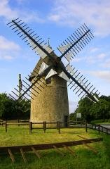 Moulins à vent du Mont des Alouettes - Deutsch: Eine der zwei noch existierenden Windmühlen auf dem Mont des Alouettes nahe der Gemeinde Les Herbiers im Département Vendée.
