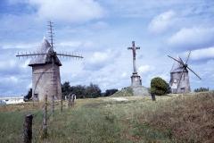 Moulins à vent du Mont des Alouettes - Français:   Les deux moulins à vent et le crucifix du Mont des Alouettes photographiés le lundi 2 août 1971. Depuis cette date, l'aspect du lieu a  été considérablement modifié. La route départementale et les chemins ont été refaits et agrandis, des arbres ont poussés et les moulins à vent ont été restaurés, par exemple, les ailes ont été changées. L\'arbre moteur des ailes du moulin de gauche a été déplacé de 180 degrés.     Mont des Alouettes (D160, à 3,5 km des Herbiers en direction de Cholet), commune des Herbiers, Vendée, France.
