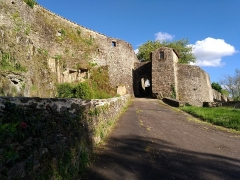 Enceinte fortifiée - Seule porte de la cité fortifiée de Vouvant, la Porte Saint-Louis (appelée aussi «poterne») s'ouvre face au Petit-Château.