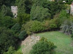 Enceinte fortifiée - La tour d'angle (construite totalement en 1941) à l'emplacement d'une probable ancienne tour de l'ancienne enceinte du Château-Neuf érigée au XVè siècle par Arthur de Richemont. Photographie prise depuis le haut de la tour Mélusine.