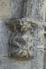 Eglise - Deutsch: Katholische Kirche Notre-Dame-de-l'Assomption in Puyravault im Département Vendée (Pays de la Loire/Frankreich), Konsole am Portal