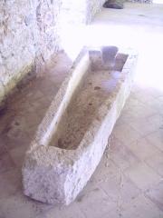 Porte de l'ancienne église abbatiale de Notre-Dame du Voeu -  Abbaye Notre-Dame du Voeu, Cherbourg-Octeville -  Sarcophage retrouvé sur le site de l'ancien château de Cherbourg.