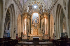 Basilique Sainte-Trinité - English: Eastern part of the nave and high altar. François-Armand Fréret (1758–1816) is the artist of the 1809 sculpture depicting the baptism of Jesus behind the high altar.