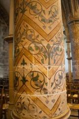 Basilique Sainte-Trinité - English: Decorative pattern at one of the piers.