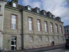 Hôtel de l'ancienne Douane -  Hôtel Épron de la Horie (1781). Murs et toits en schiste bleu.  Successiveent hôtel particulier,  caserne, hôpital auxiliaire, hôtel des douanes, et aujourd'hui banque.