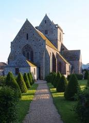 Eglise et cimetière qui l'entoure - Français:   Genêts (Normandie, France). L\'église Notre-Dame vue depuis les jardins du prieuré.