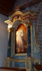 Eglise et cimetière qui l'entoure - Français:   Genêts (Normandie, France). L\'autel nord.