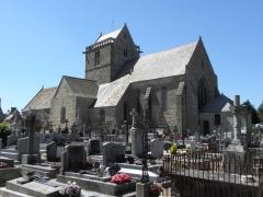 Eglise et cimetière qui l'entoure - Français:   Chevet et flanc sud de l\'église Notre-Dame de Genêts (50).