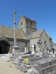 Eglise et cimetière qui l'entoure - Français:   Porche sud et clocher de l\'église Notre-Dame de Genêts (50).