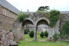 Abbaye de la Lucerne - Français:   Abbaye de La Lucerne: vestiges (église, cloître, aumônerie, entrée du XVIIIe