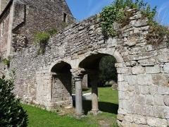 Abbaye de la Lucerne - Français:   Arcades de l\'entrée du chapitre vues de l\'ouest, à l\'Abbaye de La Lucerne. (Manche)