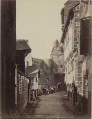 Ancienne Hôtellerie de la Sirène - Français:   Neurdein, La grande rue avec la maison de la Sirène (à droite). Archives départementales de la Manche (cl. A. Poirier, fonds Edouard Corroyer, 28 Fi 057)