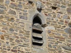 Eglise et cimetière qui l'entoure - English: Photography of a head on the church