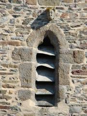 Eglise et cimetière qui l'entoure - English: Photography of a head on a church