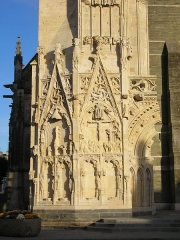 Eglise Notre-Dame -  Saint-Lô (Normandie, France). Ruine restaurée de la partie gauche de la façade de l'église Notre-Dame, bombardée en 1944.