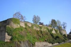 Vestiges des remparts -  Saint-Lô (Normandie, France). L'ouest des remparts, face à la Vire.