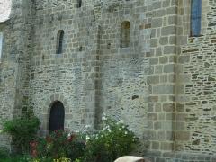 Ancien prieuré de Saint-Léonard - Français:   La base de la tour de la chapelle du Prieuré de Saint-léonard (Vains, dans la Manche) présente quelques assise en arête-de-poisson. Le prieuré date du XIIe siècle.