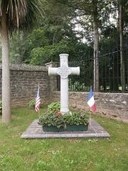 Château de Servigny - Français:   Yvetot-Bocage - Château de Servigny,  croix Dominic Ternan