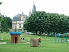 Château et ses communs -  Le château et l'église saint Martin depuis le jardin public