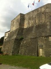 Ancien donjon - English: surviving wall of 12th century donjon