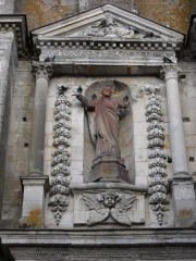 Eglise Saint-Sauveur - English: A statue above the gate of St.Sauveur's church, in Bellême, Orne, France.